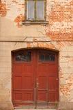 Eine Tür in einer alten Wand stockfoto