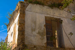 Eine Tür geöffnet in einem schädigenden Haus Lizenzfreies Stockfoto