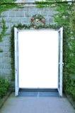 Eine Tür mit Efeuwand lizenzfreies stockfoto