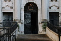 Eine Tür weg von einer Kirche stockfotografie