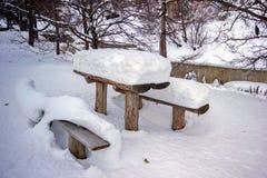 Eine Tabelle bedeckt mit Schnee Stockfotografie
