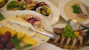 Eine Tabelle des Lebensmittels stock footage