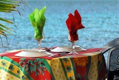 Eine Tabelle durch das Meer stockbilder