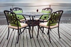 Eine Tabelle in einem Café auf dem Strand Stockbild