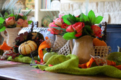 Eine Tabelle eingestellt mit Rosen Stockbild