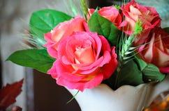 Eine Tabelle eingestellt mit Rosen Stockfotografie