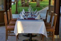 Eine Tabelle gedient für sechs Leute Im Sommercafé Stockfotografie
