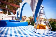 Eine Tabelle mit einer Tischdecke an einem griechischen Restaurant Stockfotos