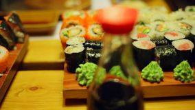 Eine Tabelle am Sushi-Bar stock video footage