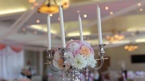 Eine Tabelle verziert mit den Blumen und Kerzen, die Dekorationen für die Braut Bijouterie, Bänder, Satindekorationen heiraten un stock video
