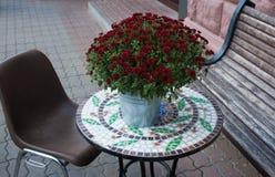 Eine Tabelle verziert mit frischen Blumen Lachsfilet mit Kartoffeln und weißer Soße Lizenzfreies Stockfoto
