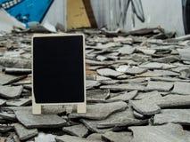 Eine Tafel auf der verfallenen verlassenen Zementgebäudeverwirrung mit stockbild