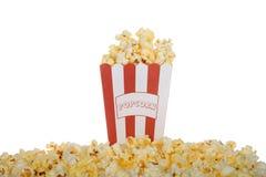 Eine Tasche gebuttertes Popcorn lokalisiert auf weißem Hintergrund Stockfoto