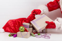 Eine Tasche mit Geschenken auf dem Tisch Lizenzfreies Stockfoto