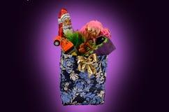 Eine Tasche mit Weihnachtsspielwaren Stockbild
