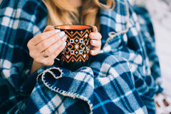 Eine Tasse Kaffee-Orange in den Händen des Mädchens lizenzfreies stockfoto