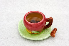 Eine Tasse Tee auf einem schneebedeckten Hintergrund Lizenzfreies Stockfoto