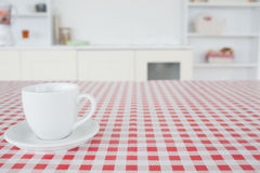 Eine Tasse Tee auf einer Tischdecke Stockfotos