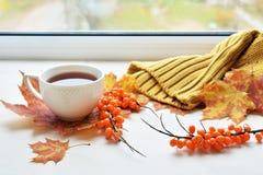 Eine Tasse Tee auf Fensterbrett Stockfotografie