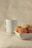 Eine Tasse Tee mit Brötchen Stockfotos