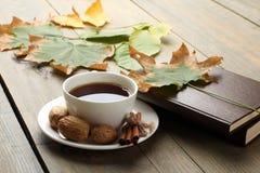 Eine Tasse Tee mit einem Buch Lizenzfreies Stockbild