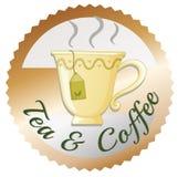 Eine Tasse Tee mit einem Tee- und Kaffeeaufkleber Lizenzfreies Stockbild