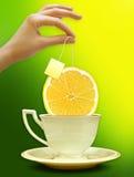 Eine Tasse Tee mit einer Scheibe der Zitrone Hintergrund für Plakat Lizenzfreies Stockbild