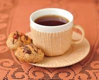 Eine Tasse Tee mit Erdnuss-Plätzchen Stockfotografie