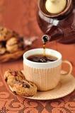 Eine Tasse Tee mit Erdnuss-Plätzchen Lizenzfreie Stockbilder