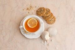 Eine Tasse Tee mit Keksen Stockbilder