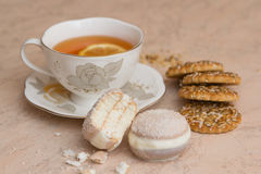Eine Tasse Tee mit Keksen Stockbild