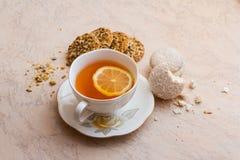 Eine Tasse Tee mit Keksen Stockfotografie
