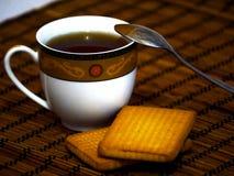 Eine Tasse Tee mit Kuchen Lizenzfreies Stockbild