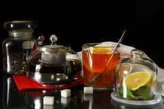 Eine Tasse Tee, Teekanne und Zitrone Lizenzfreies Stockbild