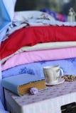 Eine Tasse Tee und ein Buch Stockfotos