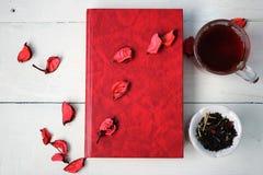 Eine Tasse Tee und ein Buch Stockbild