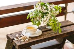Eine Tasse Tee und eine Untertasse auf Veranda Stockbild
