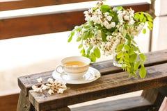 Eine Tasse Tee und eine Untertasse auf Veranda Lizenzfreies Stockfoto