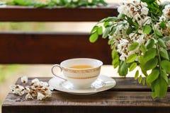 Eine Tasse Tee und eine Untertasse auf Veranda Lizenzfreies Stockbild