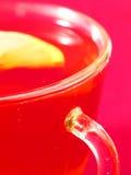 Eine Tasse Tee und eine Zitrone Stockfotografie