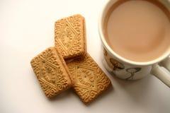 Eine Tasse Tee und einen Biskuit lizenzfreie stockfotografie