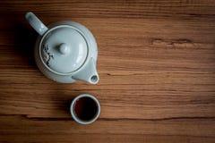 Eine Tasse Tee und Kessel auf rustikalem hölzernem Hintergrund Stockbilder
