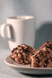 Eine Tasse Tee und Plätzchen auf einer Platte Stockfoto