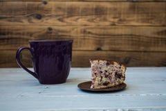 Eine Tasse Tee und Stück der Torte Stockfotos