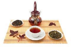 Eine Tasse Tee und Teeblätter. Lizenzfreie Stockbilder