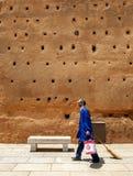 Eine Taube hält Uhr von den Ruinen der des 12. Jahrhundertswand bei Hassan Tower in Rabat, Marokko Lizenzfreies Stockfoto