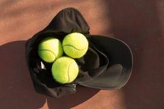 Eine Tenniskappe und -bälle Stockfotos
