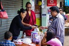 Eine tibetanische Dame, die Lebensmittel an der Straße des tibetanischen settelment Kushal Nagar, Coorg verkauft Lizenzfreies Stockbild