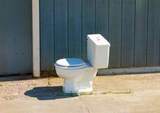Eine Toilette außerhalb eines Gebäudes in skagway lizenzfreie stockfotografie