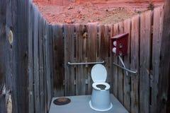 Eine Toilette im Freien in der Wüste Stockbild